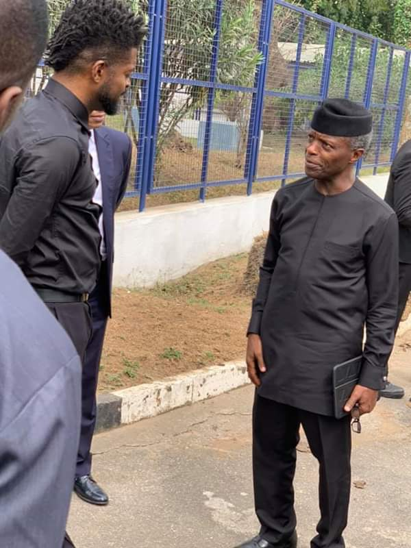 #ViralNow: See Basketmouth with Osinbajo as they do street walk in Lagos 4