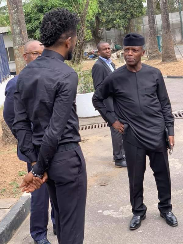 #ViralNow: See Basketmouth with Osinbajo as they do street walk in Lagos 6