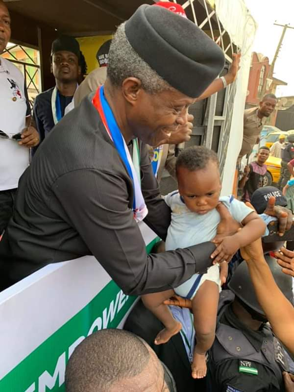 #ViralNow: See Basketmouth with Osinbajo as they do street walk in Lagos 7