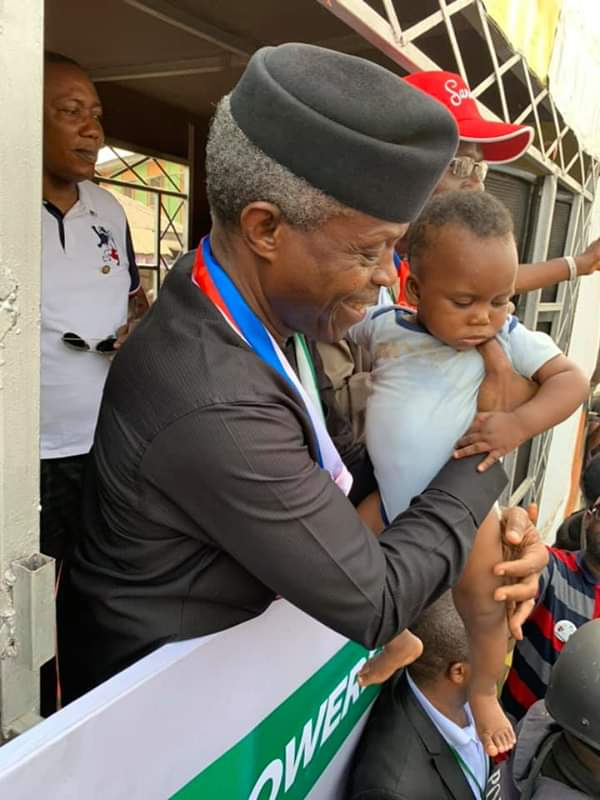 #ViralNow: See Basketmouth with Osinbajo as they do street walk in Lagos 8