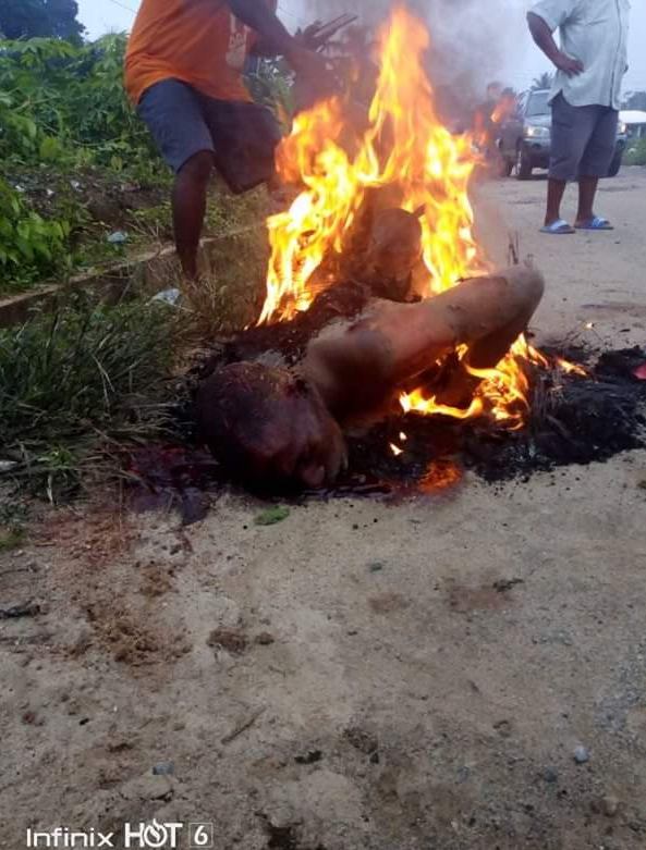 This Guy Was  Burn To Death In Akwa Ibom After Stealing Mobile Phone