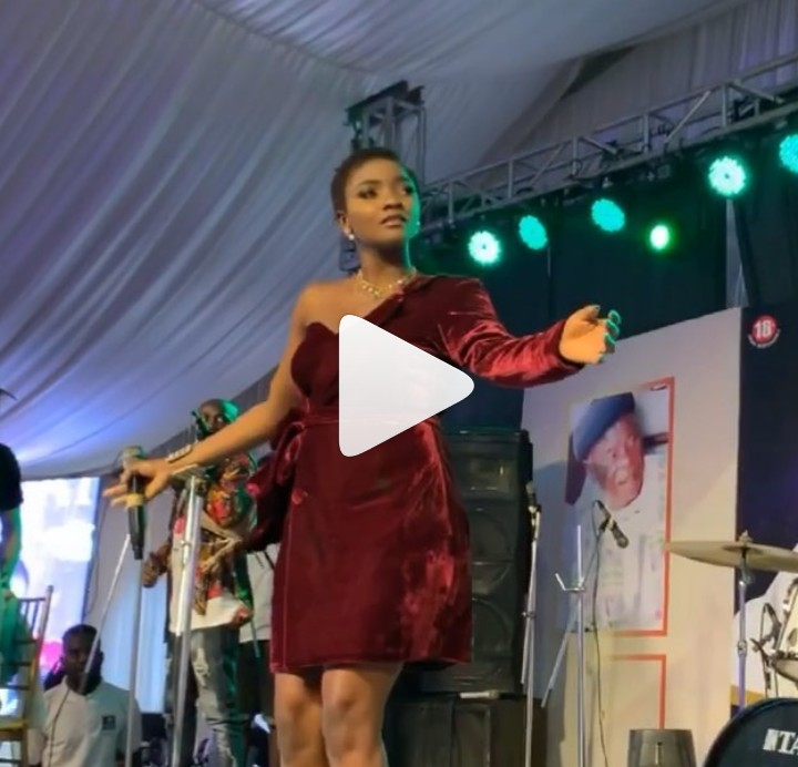 Singer Simi Does The Zanku Dance In Heels While Performing On Stage In Anambra