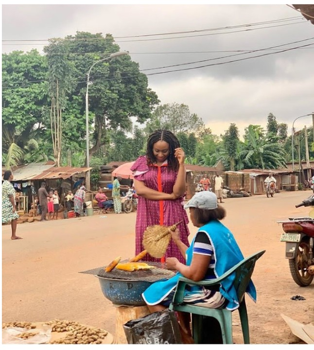 PHOTO: – Chimamanda Adichie Spotted Buying Corn By The Roadside In Anambra State (Photo)