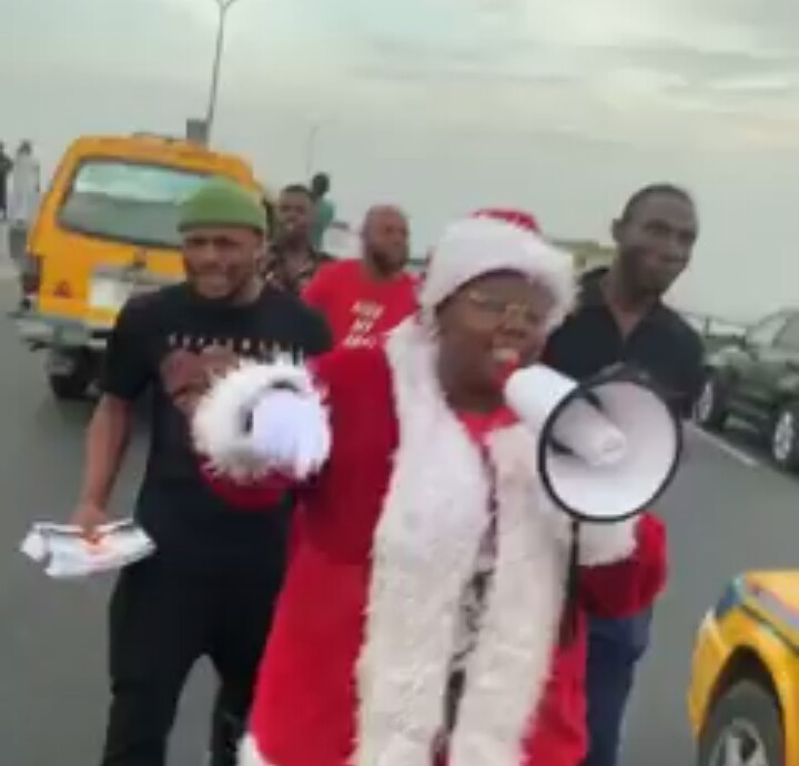 Teni Rocks Father Christmas Costume, Begs People On The Road To Come To Her Show 2